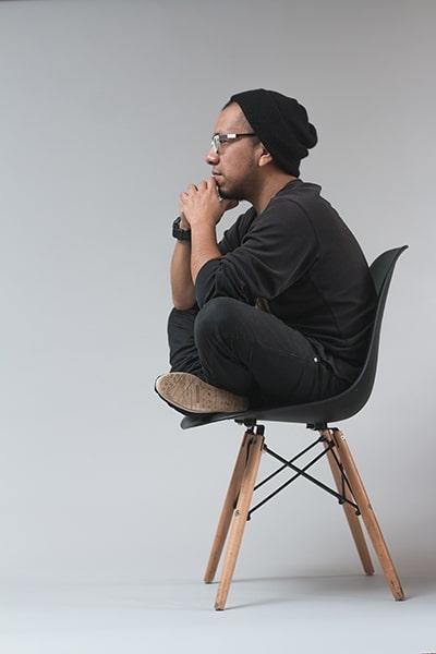 homme assis sur une chaise